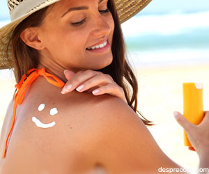 Schimbati-va anual lotiunea de plaja pentru a diminua riscul de cancer!