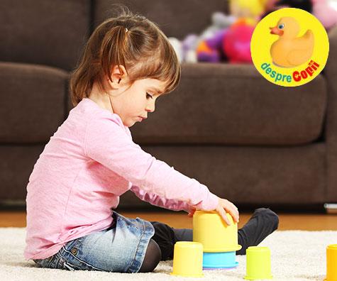 Cand copilul se joaca singur: de ce o face si cum ajuta asta la dezvoltarea creierului