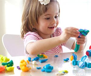 Jocul cu plastilina ajuta la dezvoltarea copilului