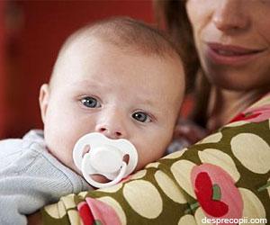 De ce nu e bine ca bebelusii baieti sa foloseasca suzeta